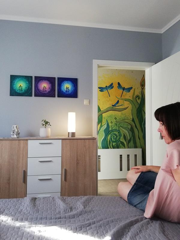A háttérben a szitakötős falfestmény is az én munkám