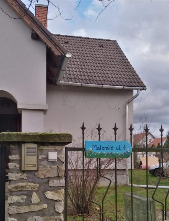 piktorella-egyedi-utcatabla-virágosmező-kerítésen-cserépre festett-kézműves termék