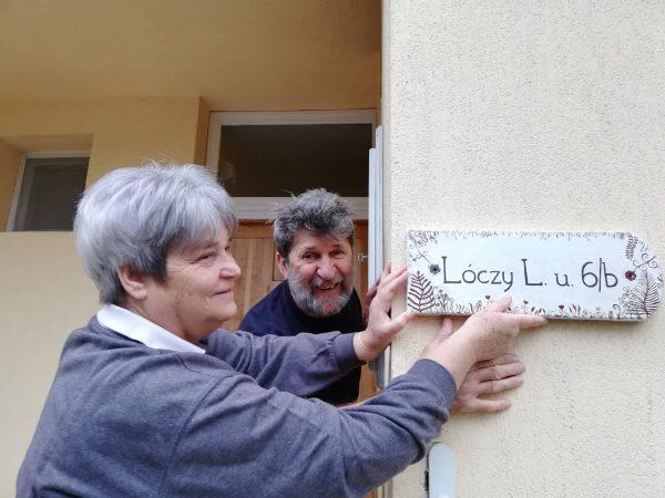 piktorella-egyedi-utcatábla-boldogtulaj-kézzelfestett-cserép-kézműves termék-ajándék ötlet vidéki szülőknek
