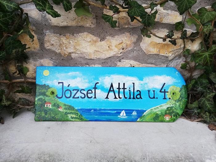 egyedi ajándék születésnapra-piktorella-utcatabla-cserép-kézzelfestett-balatonos