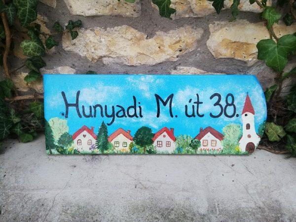 piktorella-utcatabla-cserép-kézzelfestett-hazikos-ajándék vidéken élő szülőknek
