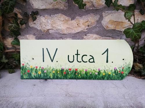piktorella-utcatabla-cserép-kézzelfestett-tulipános-kézműves termék-egyedi ajándék vidéki barátoknak