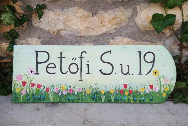 piktorella-utcatabla-cserép-kézzelfestett-tulipános-kézműves termék-egyedi ajándék barátoknak új házba költözéskor