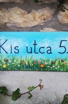 piktorella-utcanévtábla-cserép-kézzelfestett-virágos mező-kézműves portéka-egyedi ajándék barátoknak