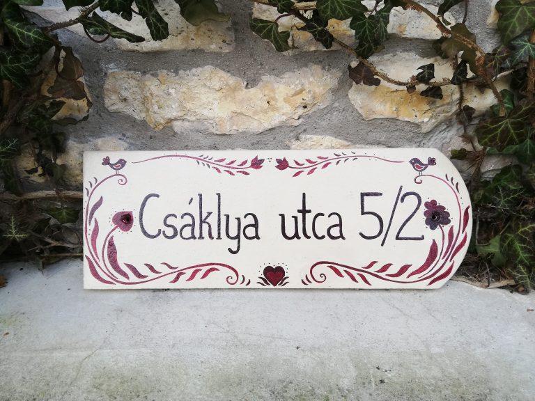 piktorella-utcatábla-népi motívumos-tökéletes ajándék házszentelőre-kézművestermék-egyediajándék